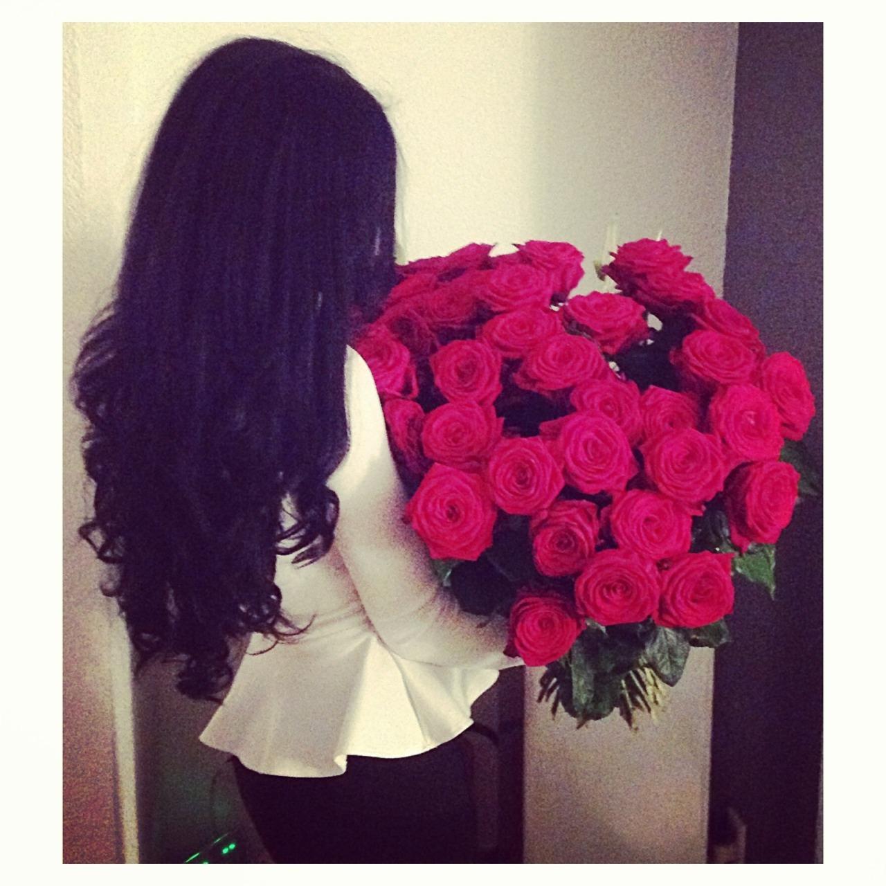 Девушка с букетом розами в руках фото на аву