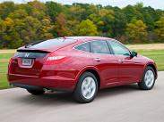 Honda Crosstour – пятидверный кроссовер с оригинальным типом кузова хэтчбек. Модель существует в трех фиксированных комплектациях и оснащается бензиновым 3,5-литровым V-образным шестицилиндровым 275-сильным двигателем, который поставляется вместе с пятиступенчатым «автоматом». Цены стартуют с отметки 1799000 рублей.