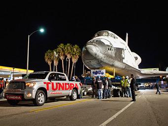 Списанный шатл Endeavour в музей буксировал пикап Toyota Tundra  - Toyota