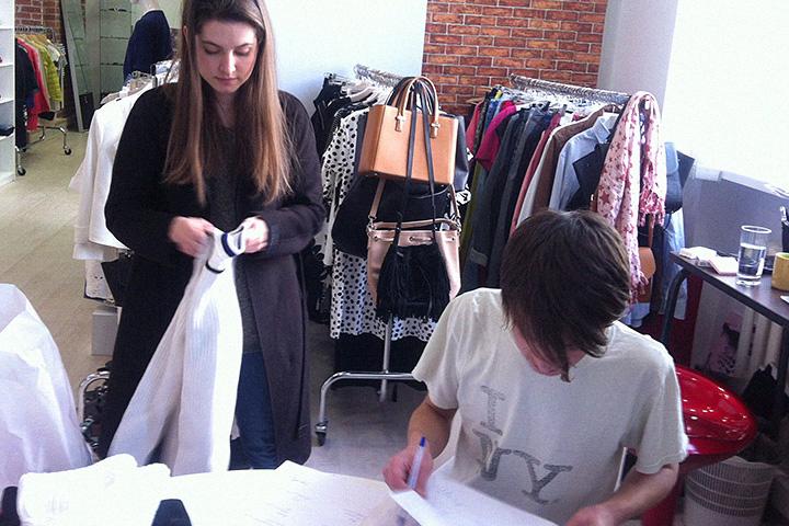 В процессе подготовки к съемкам в каждом номере журнала Glamour ассистенты набирают до тридцати килограмм вещей