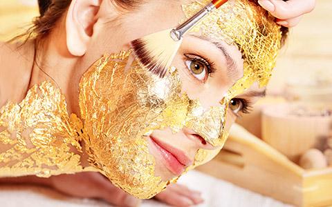 Массаж змеями, золотая маска и ванна из рогов: дикие процедуры