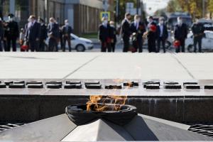 Начальник УТМВДРоссии поЮФОИгорь Авдеев возложил цветы кВечному огню вКраснодаре