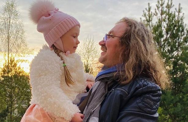 5-летняя дочь Игоря Николаева впервые прокатилась сродителями полыжне