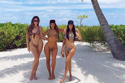 Сестры Кардашьян попозировали вбикини ипрослыли «жирными»