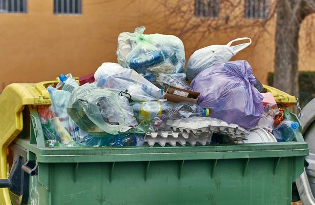 Мужчина решил вынести мусор ивыбросил двамиллиона