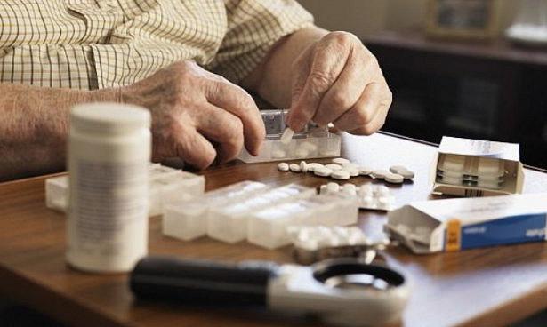 Пенсионеры каждый день глотают опасный коктейль лекарств