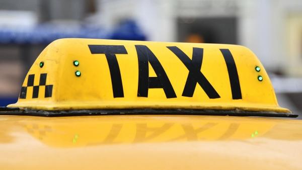 Таксист потребовал стуристки 17тысяч запоездку поШереметьево