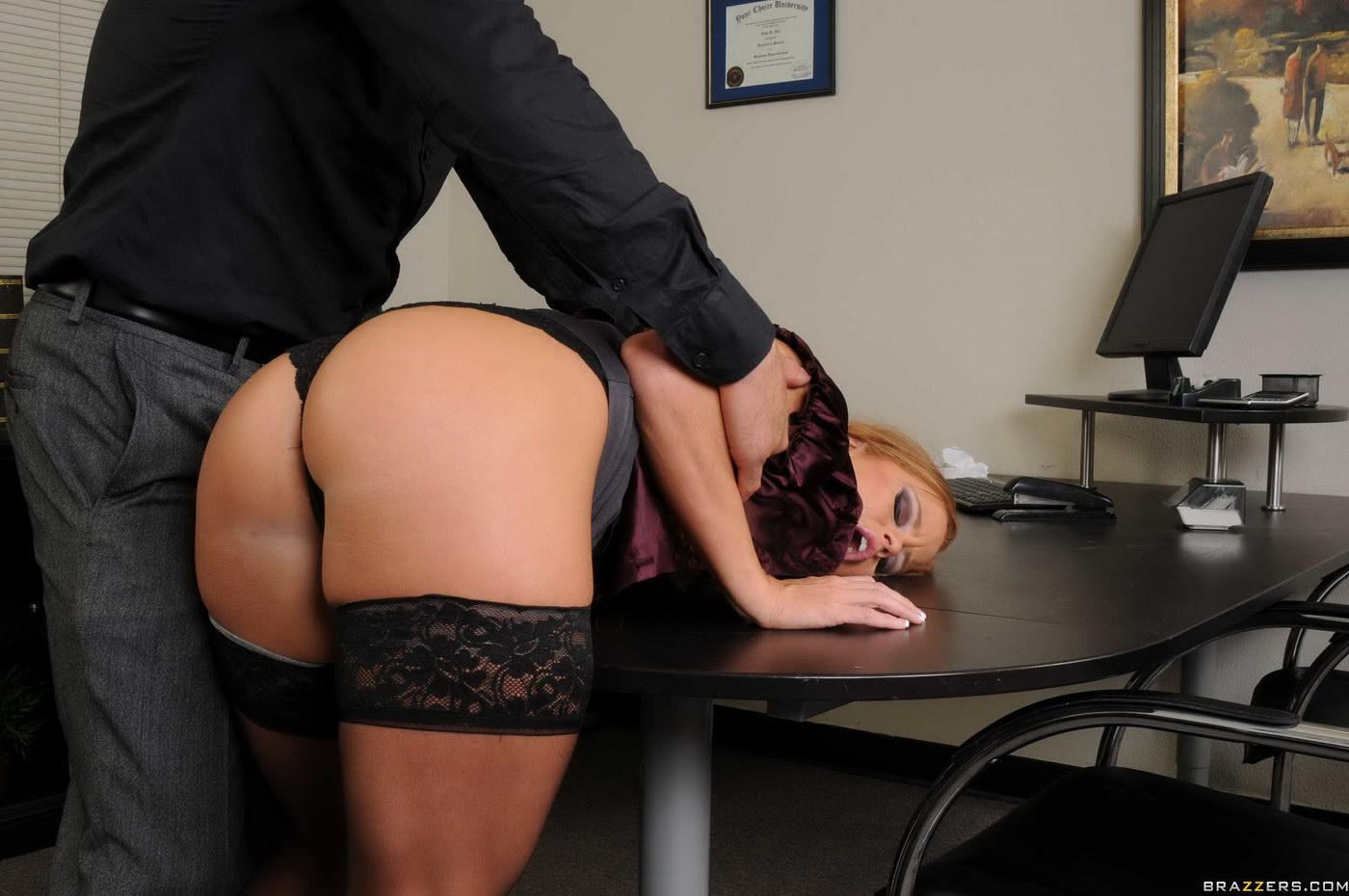 сотрудник засадил в жопу грудастой начальнице боссу всяких