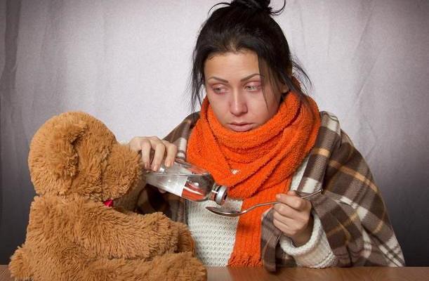 Терапевт назвал единственный опасный симптом припростуде