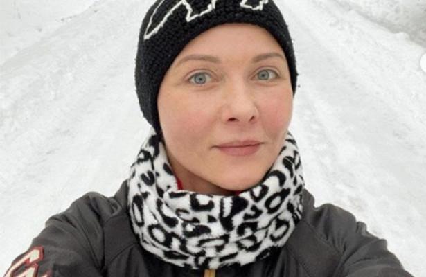 «Нехватает контраста»: стилист далоценку образу Дарьи Поверенновой, облачившейся вплатье цвета кораллов