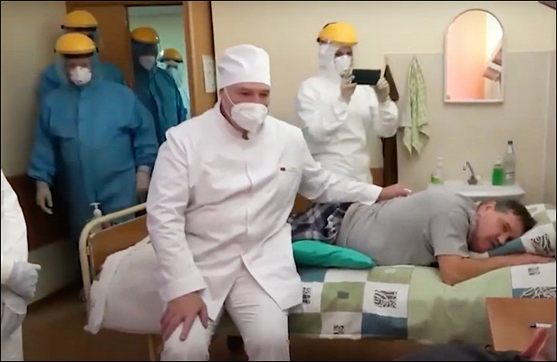 Лукашенко приехал в«красную зону» вминской больнице