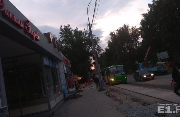 Наулице Данилы Зверева людям приходится запрыгивать вавтобусы из-занатянутой уостановки верёвки