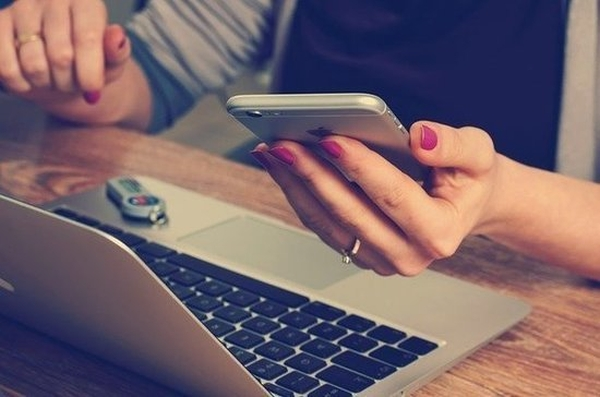Эксперт посоветовал незаряжать телефон вмашине