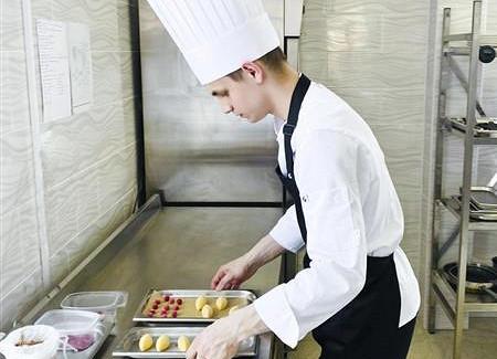 Студент-повар изНовокуйбышевска победил наWorldSkills, покорив жюри жульеном идесертом «Прекрасная Елена»