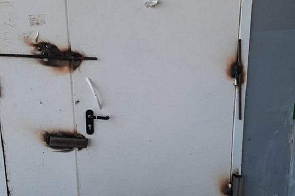Жители Пскова устали отшумящих грузчиков изаварили дверь вмагазин