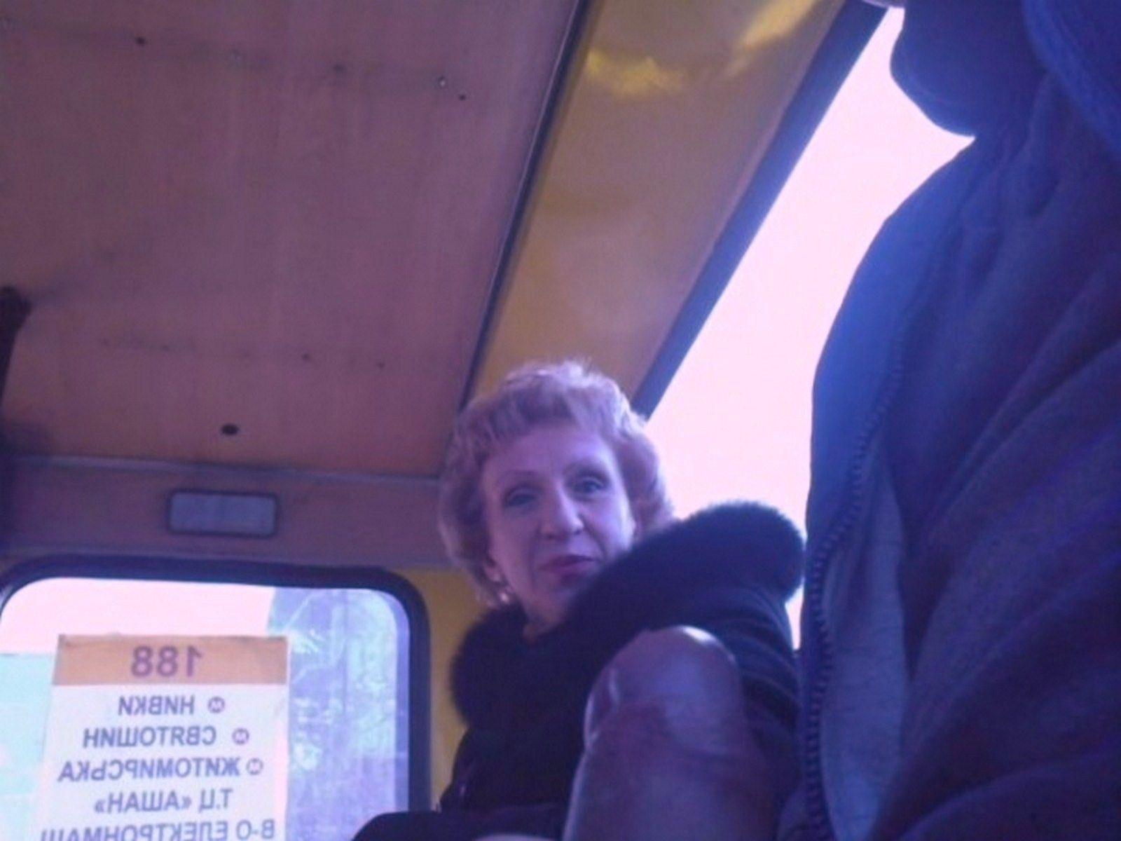 Лапают в автобусе девушку два извращенца фото 240-18