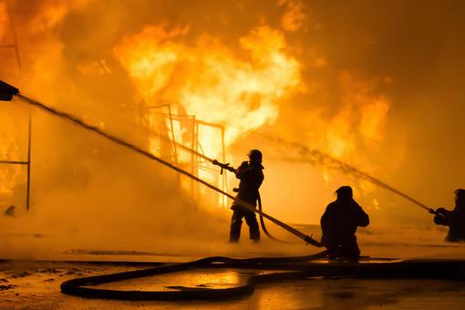 ВМЧСназвали причину пожара вНовосибирске, гдепогибли двое детей
