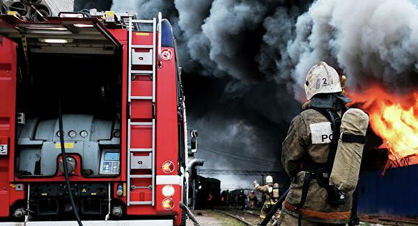 Пожар вМоскве: огонь перекинулся смашины нажилой дом