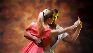 Танцующая посреди МКАД пара попала навидео