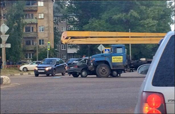 ВДзержинском районе Ярославля автокран протаранил ВАЗ