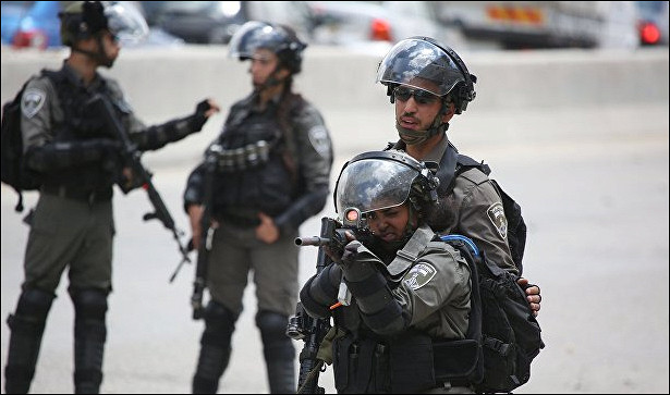 Палестинец, протаранивший группу израильских военных, сдался силовикам