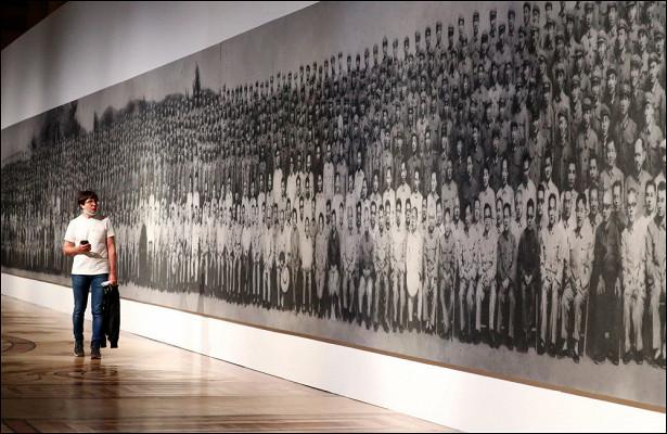 Эрмитаж представил «пепел истории» художника Чжан Хуаня