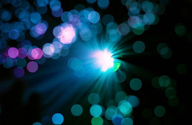 «Пролить свет» подправильным углом: физики улучшили оптоволокно дляпередачи данных