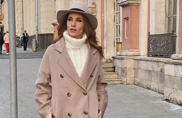 Ковальчук vsТарханова: кому элегантный образ смодной шляпкой идет больше?