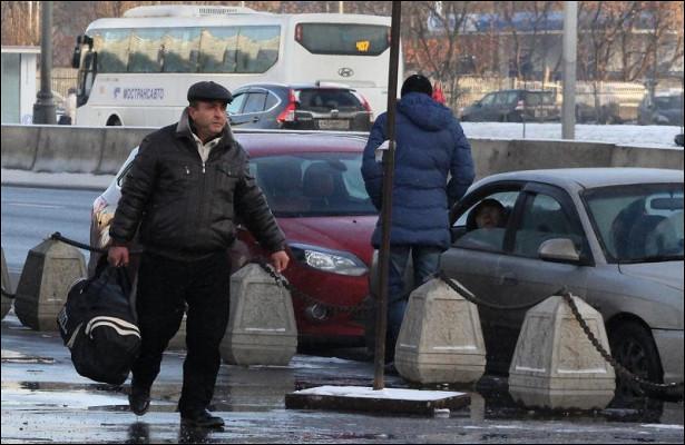 Нелегальные таксисты предлагают свои услуги гастарбайтерам спяти часов утра