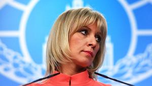 Захарова заинтриговала россиян поцелуями вмаске