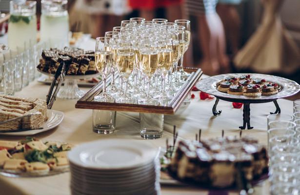 Врач назвал продукты, которые вредно запивать шампанским