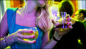 Посетитель бара ударил девушку стаканом заотказ познакомиться
