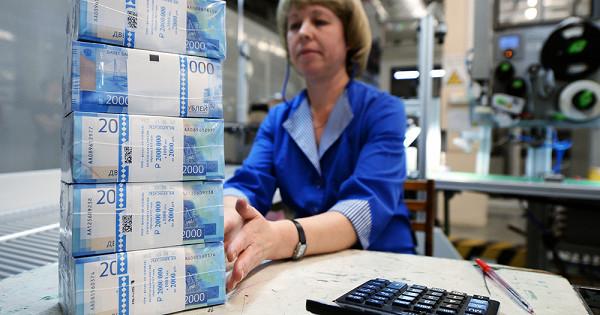 Россияне массово забирают деньги избанков