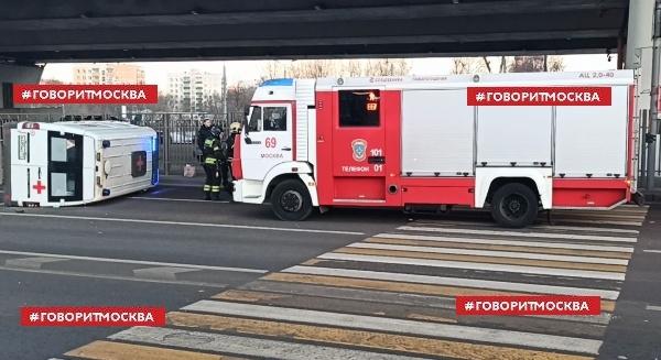 Машина скорой помощи перевернулась вМоскве