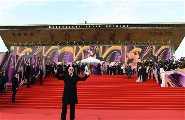 Смелые декольте, элегантность исверкающие украшения: знаменитости блистали накрасной дорожке ММКФ