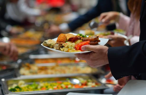Российский медик оценил риск заразиться COVID через еду