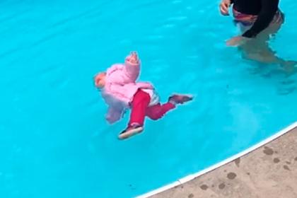 Тренер поплаванию бросила младенца взимней одежде вбассейн иобъяснилась