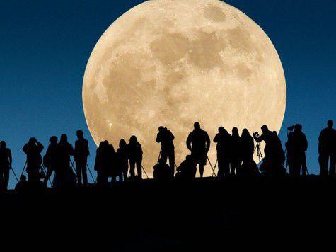 Луна выросла догигантских размеров инависла надЗемлей