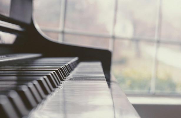 Mastercard, МАММ и«Друзья» приглашают наблаготворительный онлайн-концерт Кирилла Рихтера