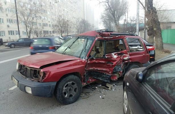 Тройное ДТПвАлматы: машину отбросило нанесколько десятков метров