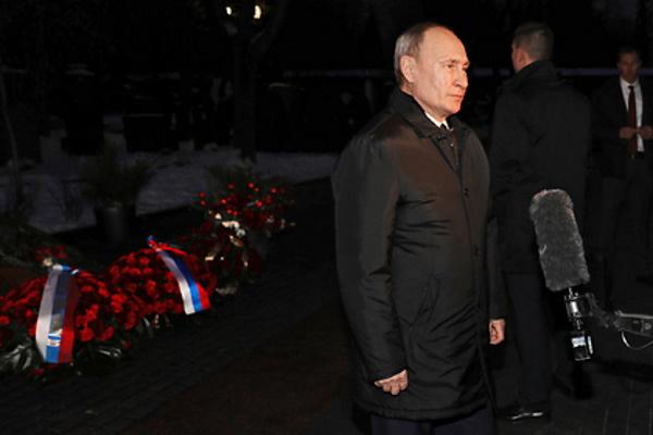 Путин обратился кроссиянам умогилы Ельцина