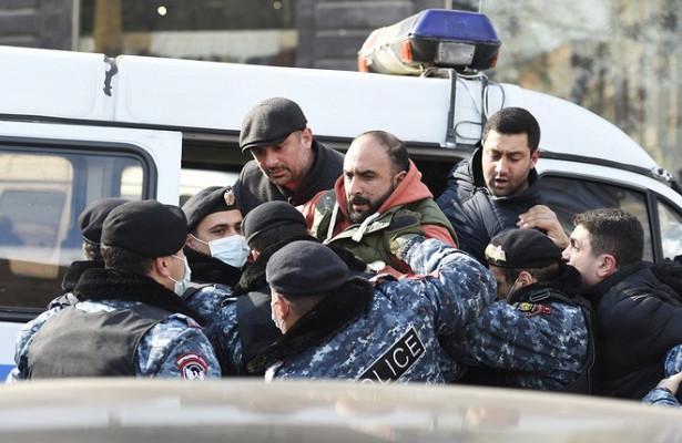 Десятки протестующих задержали уздания правительства вЕреване