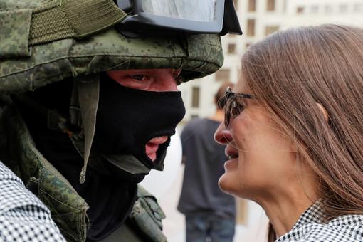 Укусившую силовика вБелоруссии оштрафовали