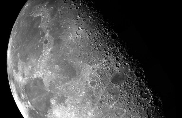 NASA обнаружило воду насолнечной стороне Луны
