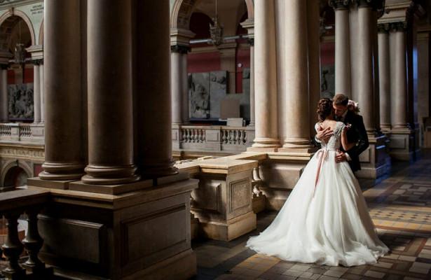 Молодоженам разрешили проводить свадебные фотосессии вЭрмитаже