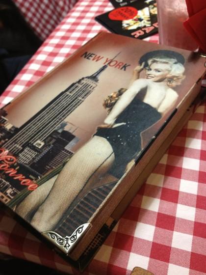 Ресторан Chef's Burger & Bar - фотография 10 - В таких книжках приносят счет и блокнот для пожеланий!