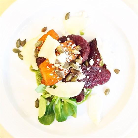 Ресторан Юность - фотография 2 - Теплый салат из запеченной свеклы с песто