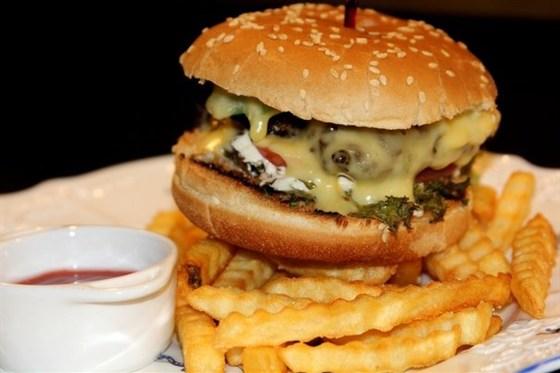 Ресторан Мама дома - фотография 2 - Мегасупервкусный гамбургер