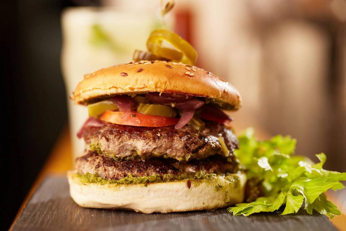 """Ресторан Burger Heroes - фотография 4 - Фирменный бургер """"Чим и Чурри"""" с маринованным кактусом, перцем халапеньо и двойной котлетой из мяса бычков породы Aberdeen Angus"""