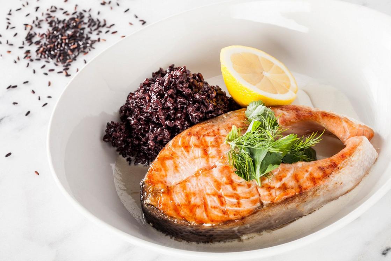 Ресторан Pesto Café - фотография 6 - Стейки лосося с соусом из белого вина, гарнированный черным кокосовым рисом.